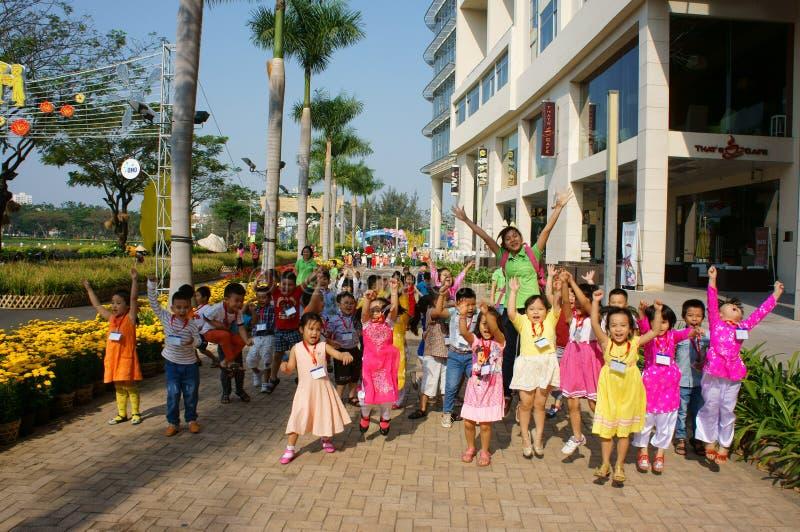 Ασιατικό παιδί, υπαίθρια δραστηριότητα, βιετναμέζικα προσχολικά παιδιά στοκ εικόνες