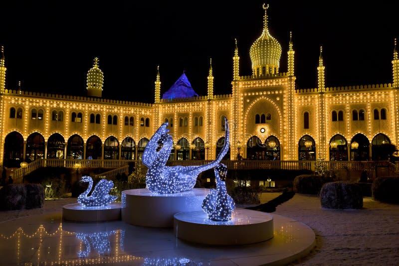 Ασιατικό παλάτι τή νύχτα στους κήπους Tivoli, Κοπεγχάγη στοκ φωτογραφία