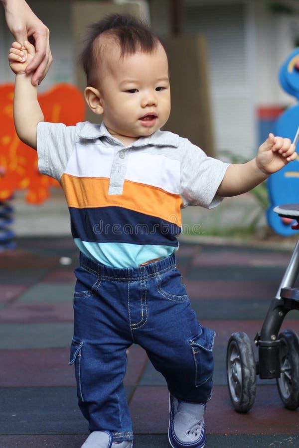 ασιατικό περπάτημα μωρών στοκ φωτογραφίες