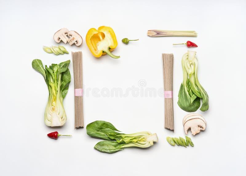 Ασιατικό πλαίσιο σχεδιαγράμματος τροφίμων στο άσπρο υπόβαθρο γραφείων, τοπ άποψη Ασιατικά συστατικά κουζίνας με τα νουντλς soba,  στοκ εικόνα