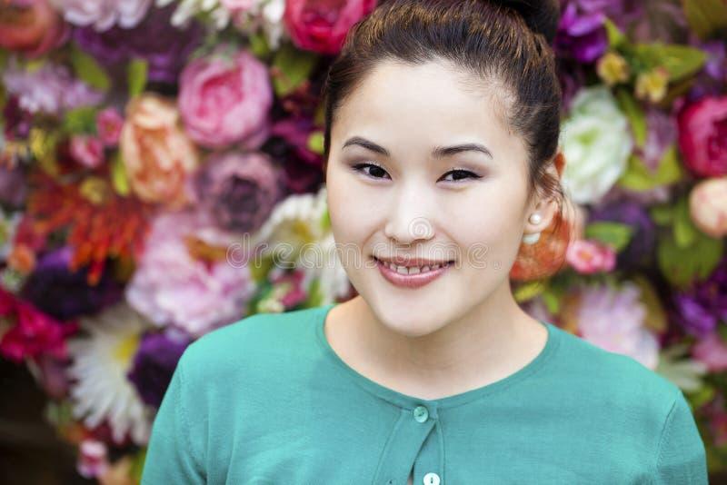 Ασιατικό πορτρέτο προσώπου ομορφιάς με την καθαρή και φρέσκια κομψή κυρία στοκ φωτογραφία