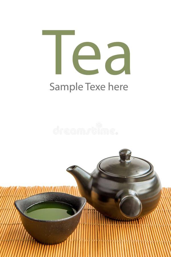 Ασιατικό πράσινο τσάι που τίθεται στο χαλί μπαμπού στοκ εικόνες