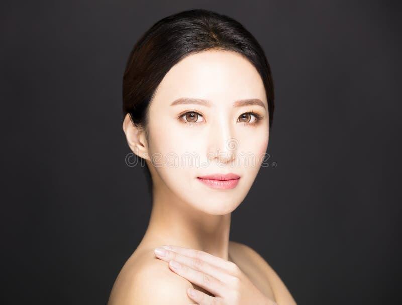 ασιατικό πρόσωπο ομορφιάς που απομονώνεται στο μαύρο υπόβαθρο στοκ εικόνα