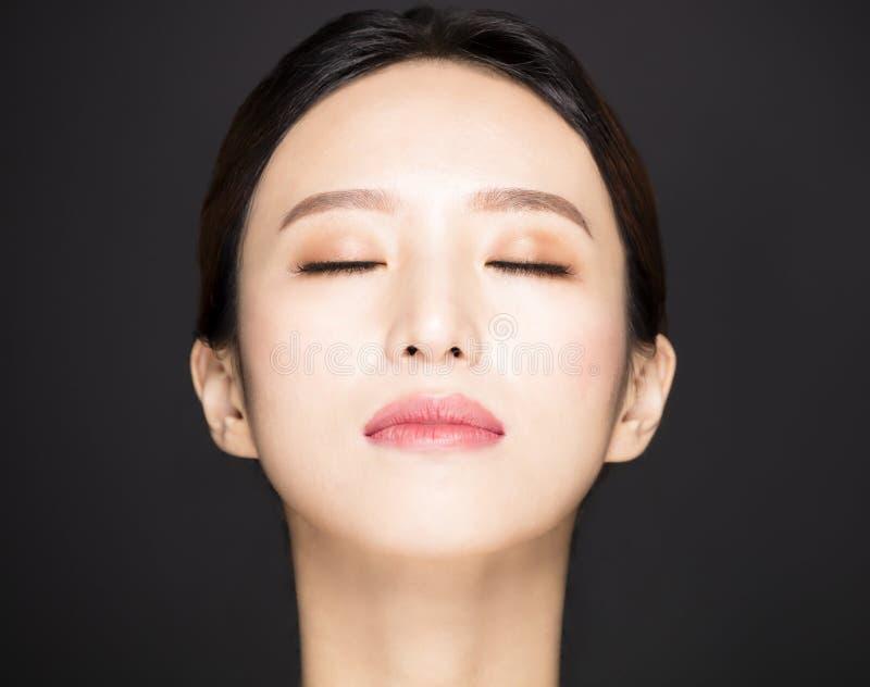 ασιατικό πρόσωπο ομορφιάς που απομονώνεται στο μαύρο υπόβαθρο στοκ εικόνες