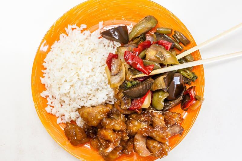 Ασιατικό ρύζι με το κοτόπουλο και λαχανικά στο γλυκόπικρο teriyaki σάλτσας στοκ φωτογραφία με δικαίωμα ελεύθερης χρήσης