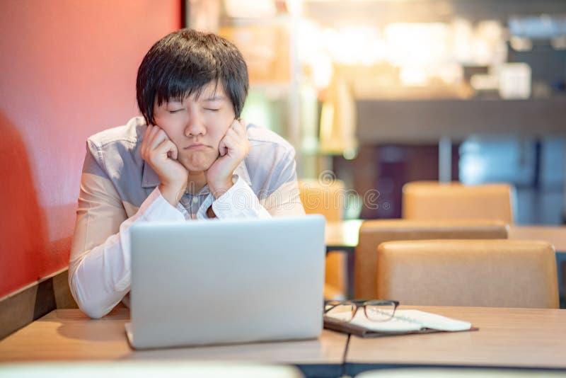 Ασιατικό συναίσθημα επιχειρηματιών που τονίζεται εργαζόμενος στοκ εικόνες με δικαίωμα ελεύθερης χρήσης