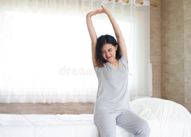 Ασιατικό τέντωμα κοριτσιών στο κρεβάτι στοκ φωτογραφίες με δικαίωμα ελεύθερης χρήσης