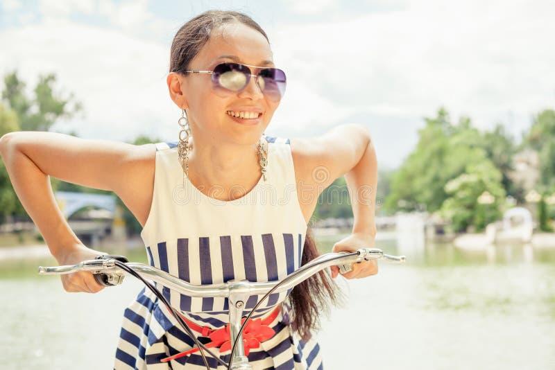 Ασιατικό ταξίδι γυναικών απόλαυσης και απόλαυσης στο Παρίσι με το ποδήλατο στοκ εικόνες
