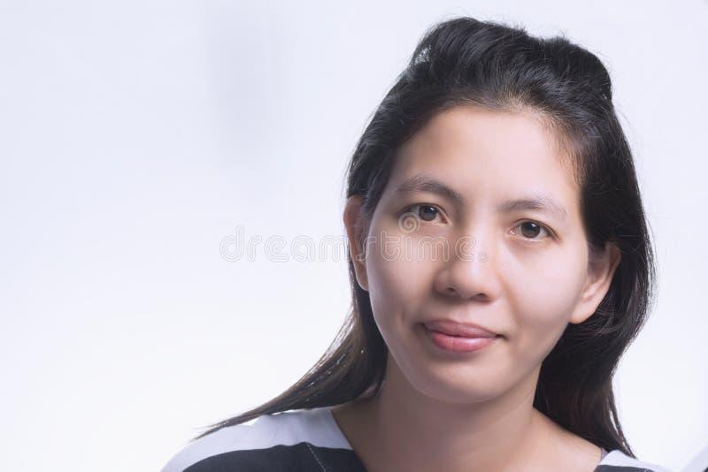 Ασιατικό ταϊλανδικό χαμόγελο γυναικών κινηματογραφήσεων σε πρώτο πλάνο που απομονώνεται στο άσπρο υπόβαθρο W στοκ εικόνες