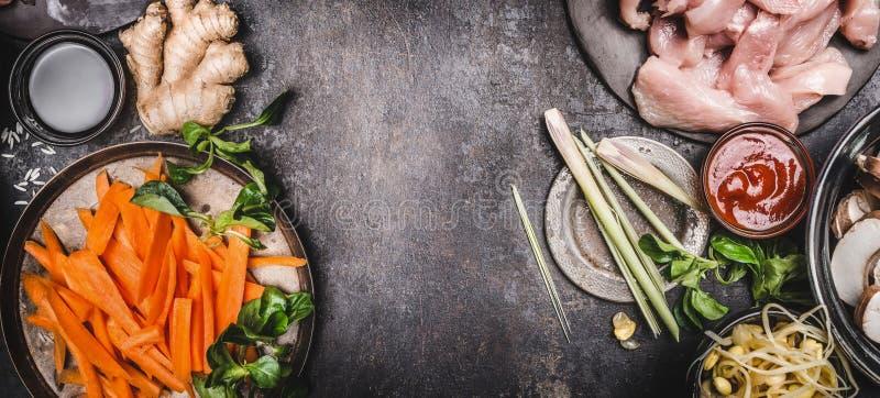 Ασιατικό υπόβαθρο τροφίμων με τα διάφορα ασιατικά μαγειρεύοντας συστατικά κουζίνας, τοπ άποψη, θέση για το κείμενο, πλαίσιο στοκ εικόνες
