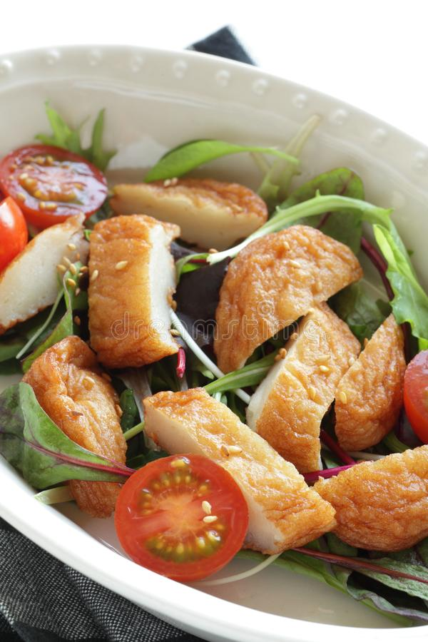 Ασιατικό φαγητό, κέικ ψαριών και σαλάτα ντομάτας κεράσι στοκ φωτογραφίες