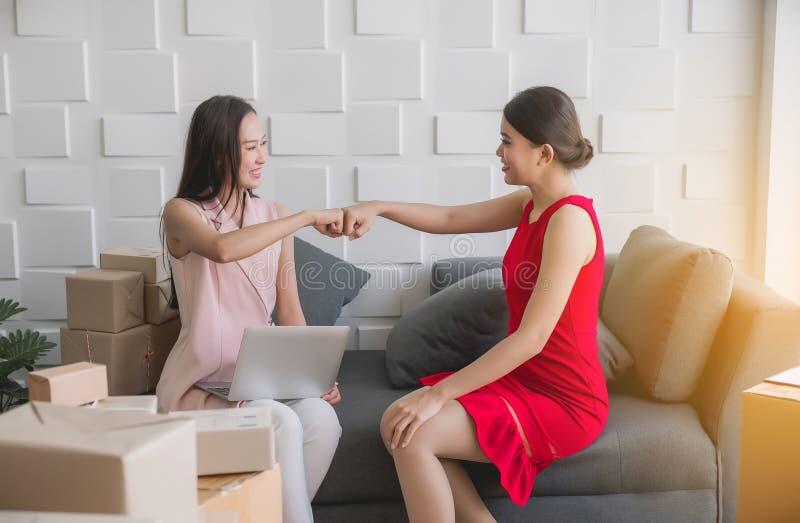 Ασιατικό χέρι προσκρούσεων πυγμών ιδιοκτητών γυναικών μικρών επιχειρήσεων και να απασχοληθεί στο σπίτι στο γραφείο, upentrepreneu στοκ εικόνες με δικαίωμα ελεύθερης χρήσης
