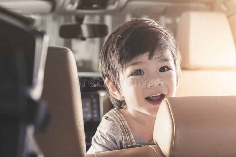 Ασιατικό χαμόγελο αγοράκι πορτρέτου στο αυτοκίνητο πολυτέλειας στοκ εικόνα