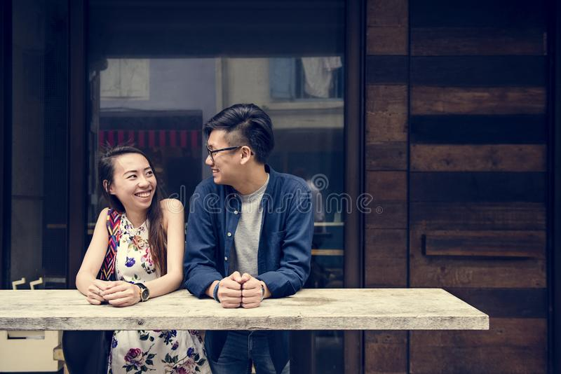 Ασιατικό χαριτωμένο ζεύγος που χρονολογεί υπαίθρια στοκ φωτογραφίες με δικαίωμα ελεύθερης χρήσης
