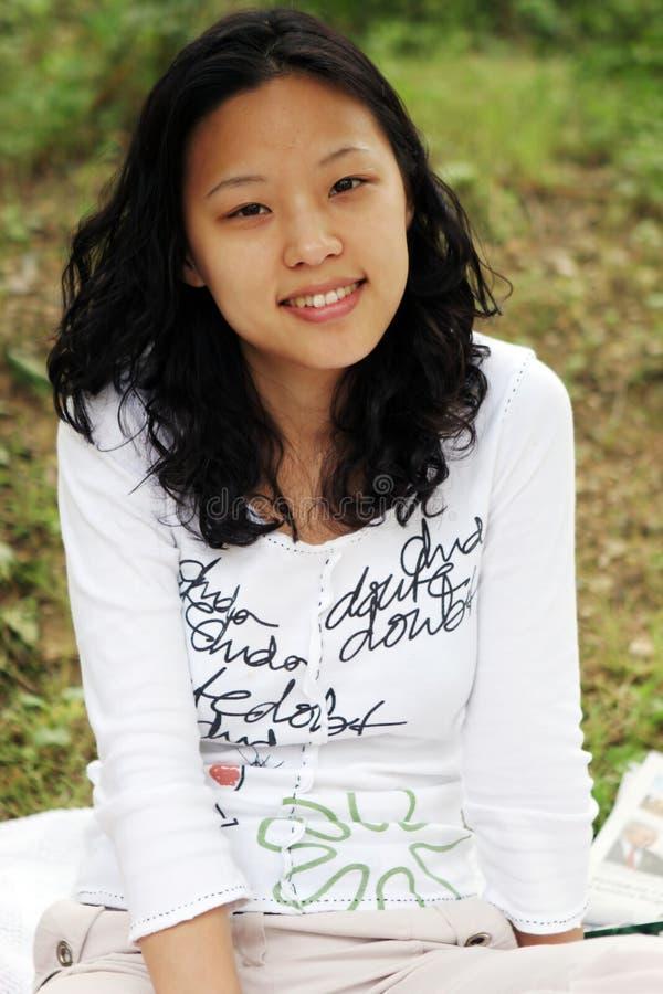 ασιατικό όμορφο χαμόγελο κοριτσιών στοκ φωτογραφία