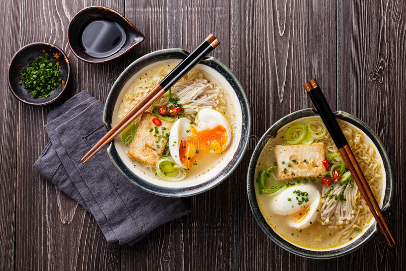 Ασιατικό Miso τα νουντλς με το αυγό, tofu και το enoki στοκ εικόνα