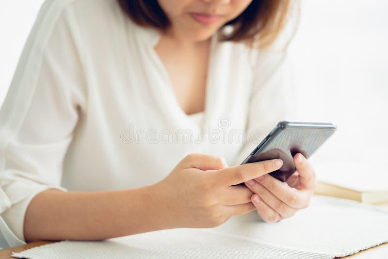 Ασιατικό smartphone παιχνιδιού κοριτσιών για την ψυχαγωγία και εργασία έξω από το θόριο στοκ φωτογραφίες με δικαίωμα ελεύθερης χρήσης