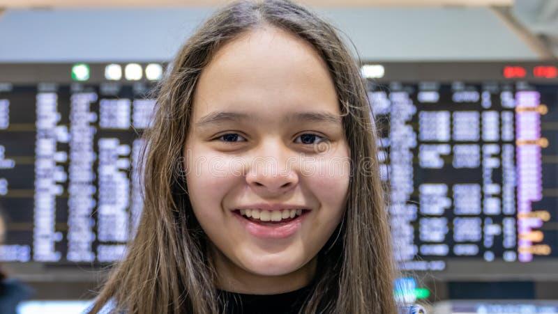 Ασιατικό tween κορίτσι μπροστά από τον πίνακα αφίξεων αερολιμένων στοκ φωτογραφίες με δικαίωμα ελεύθερης χρήσης