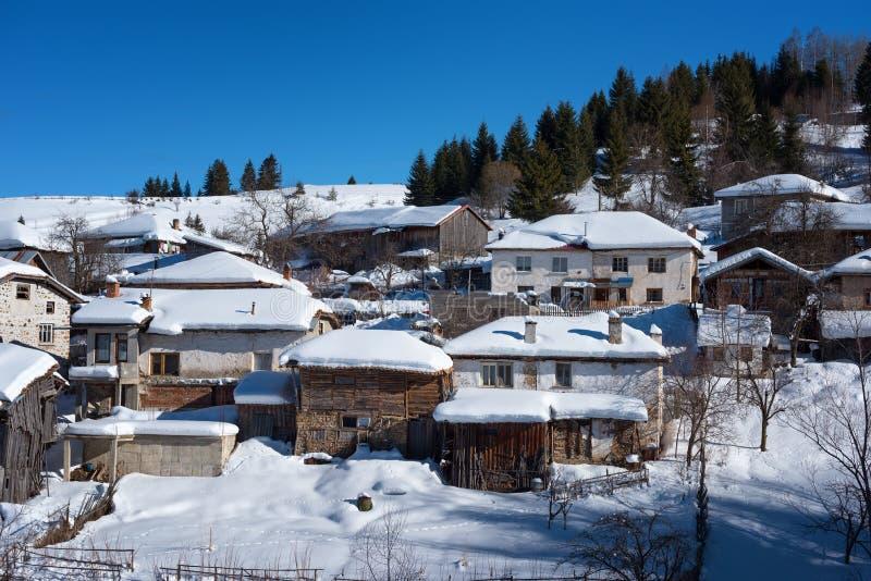δασικό χειμερινό δάσος σκηνής λιμνών ειρηνικό Μικρό houseÑ  στο βουνό σε μια ηλιόλουστη χειμερινή ημέρα Χιονώδες παραμύθι στη Βο στοκ εικόνες με δικαίωμα ελεύθερης χρήσης