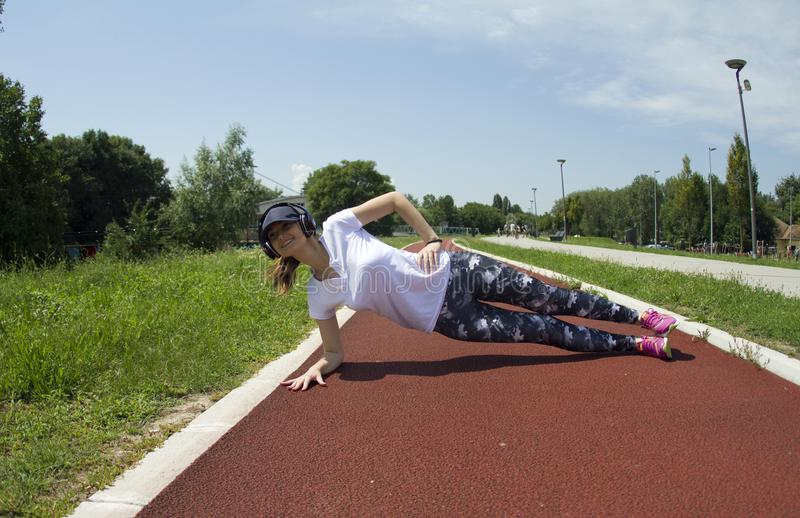 Ασκήσεις κοριτσιών για τους δευτερεύοντες μυς του στομαχιού στοκ φωτογραφίες