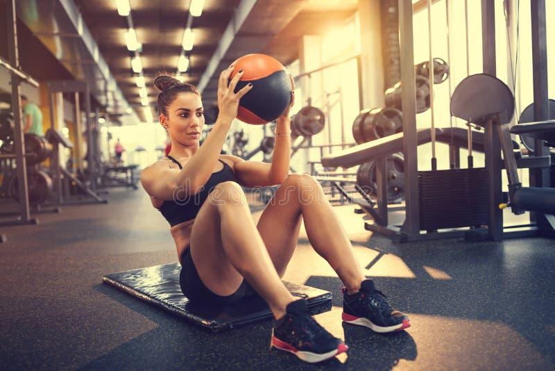 Ασκήσεις με τη σφαίρα στη γυμναστική στοκ φωτογραφία