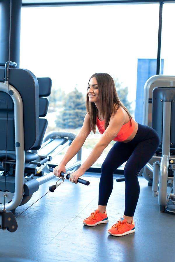 Ασκήσεις στον προσομοιωτή φραγμών Επέκταση δικέφαλων μυών Αθλητική γυναίκα workout στη γυμναστική στοκ φωτογραφίες με δικαίωμα ελεύθερης χρήσης