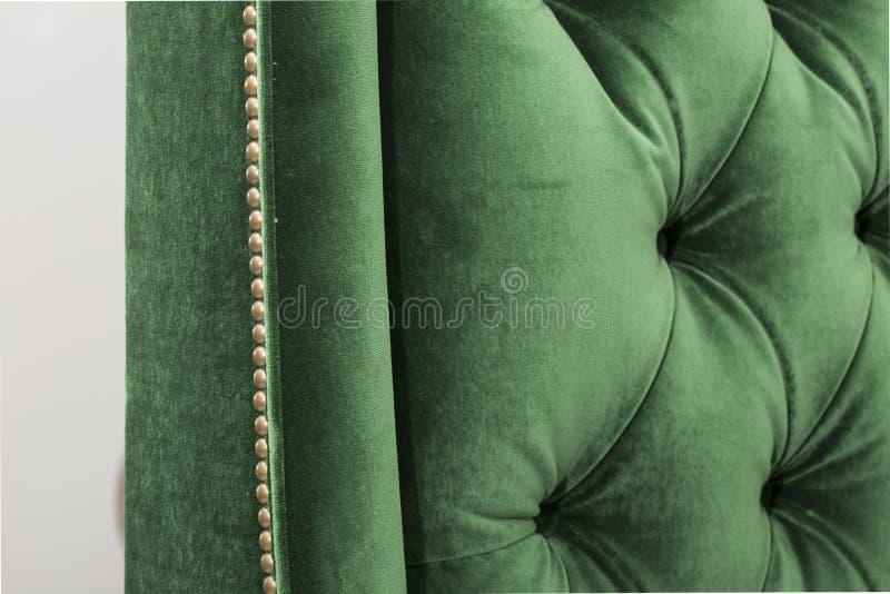 Ασπίδα χρώματος και καρδιά-διαμορφωμένες πλάτες καρεκλών - καναπές ImageGreen που απομονώνεται στο άσπρο υπόβαθρο Το Α ο καναπές  στοκ φωτογραφία με δικαίωμα ελεύθερης χρήσης