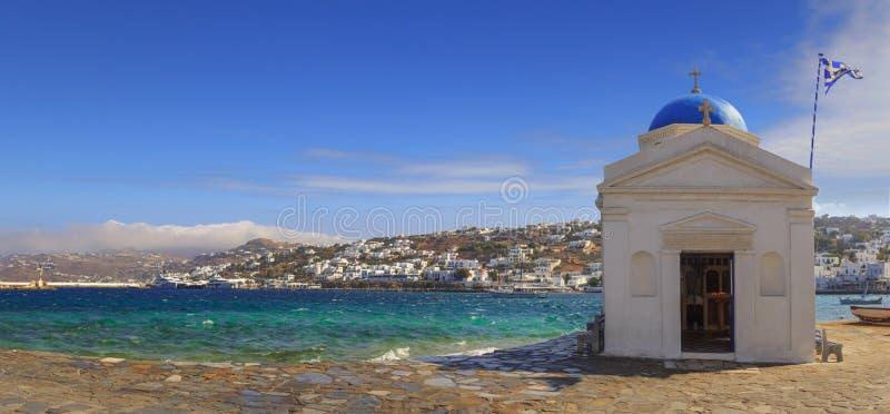 Ασπρισμένη και μπλε καλυμμένη δια θόλου εκκλησία του Άγιου Νικολάου στη Μύκονο, Ελλάδα, Ευρώπη Πανοραμική άποψη της παλαιών πόλης στοκ φωτογραφία με δικαίωμα ελεύθερης χρήσης