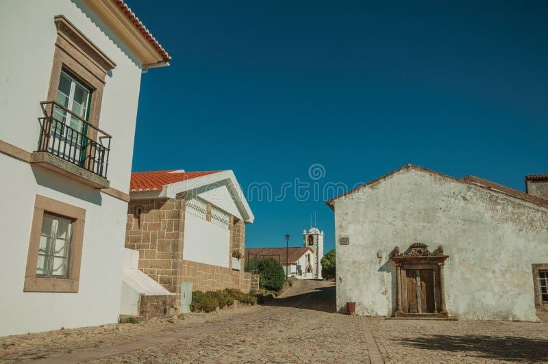 Ασπρισμένος τοίχος στα παλαιά σπίτια και είσοδος με το πλαίσιο πορτών πετρών στοκ εικόνα