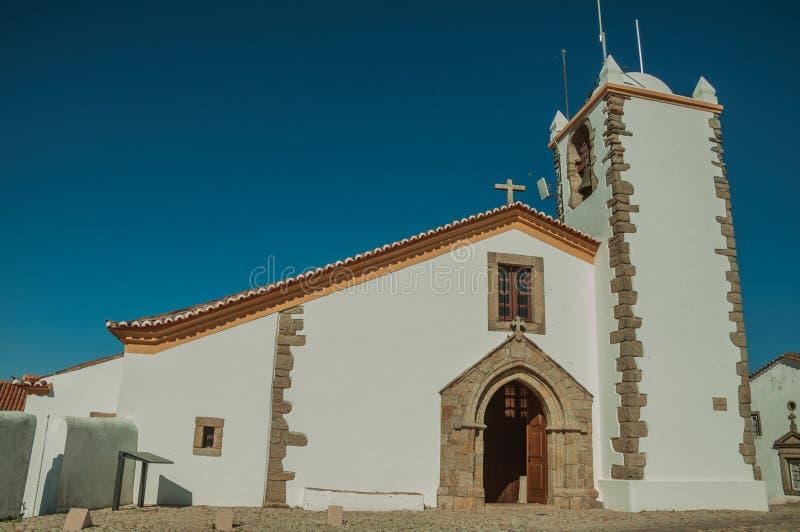 Ασπρισμένος τοίχος στην παλαιά εκκλησία με το καμπαναριό και την ξύλινη πόρτα στοκ εικόνες με δικαίωμα ελεύθερης χρήσης