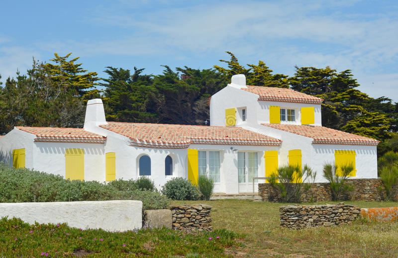 Ασπρισμένο χαρακτηριστικό σπίτι στο oceanfront στοκ φωτογραφία με δικαίωμα ελεύθερης χρήσης