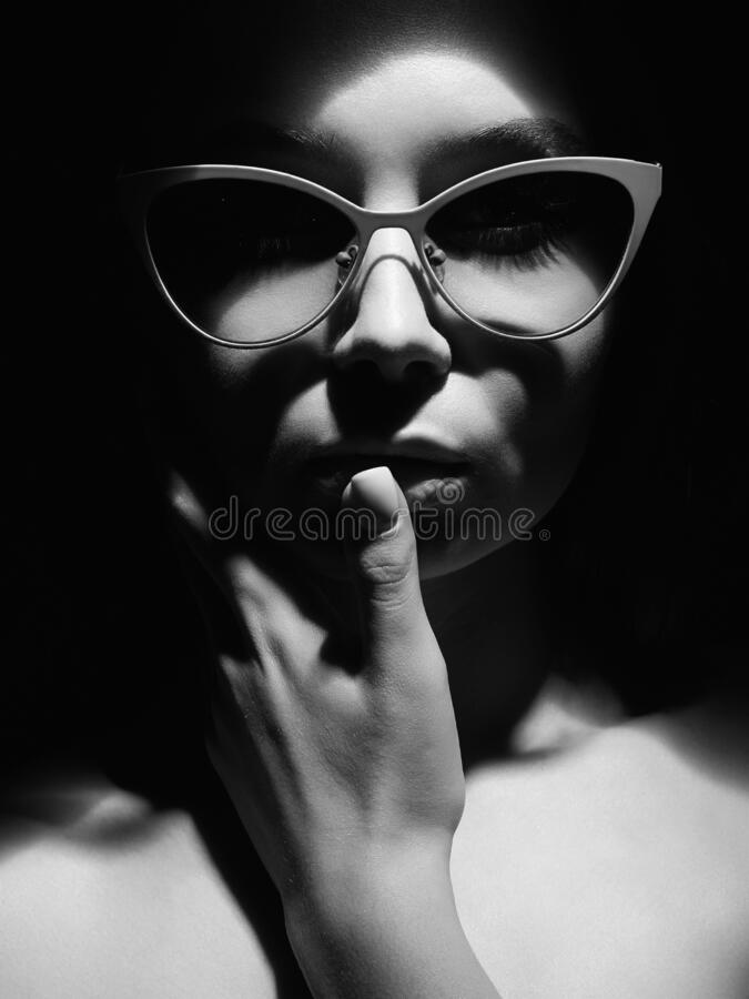 Ασπρόμαυρο πορτρέτο της όμορφης γυναίκας με γυαλιά στοκ εικόνα με δικαίωμα ελεύθερης χρήσης