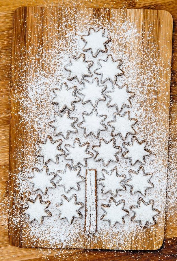 Αστέρια κανέλας μπισκότων Χριστουγέννων στο ξύλινο υπόβαθρο στοκ εικόνα