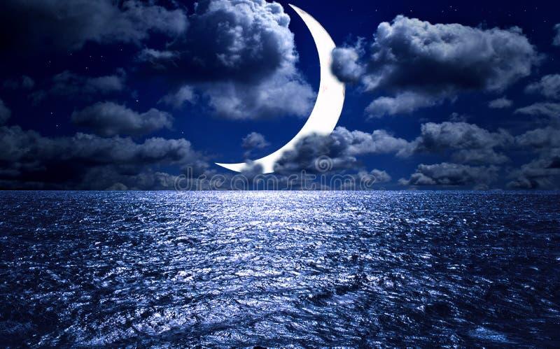 Αστέρια, νέο φεγγάρι πέρα από τη θάλασσα τη νύχτα στοκ εικόνες