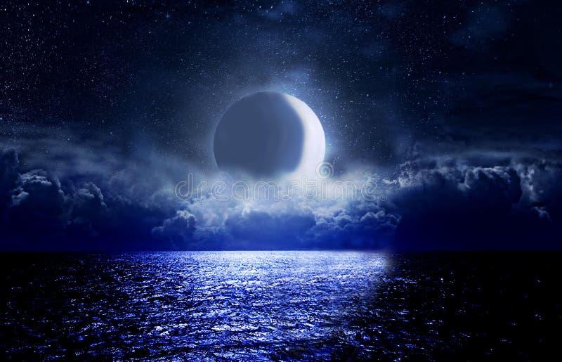 Αστέρια, νέο φεγγάρι πέρα από τη θάλασσα τη νύχτα στοκ φωτογραφία με δικαίωμα ελεύθερης χρήσης