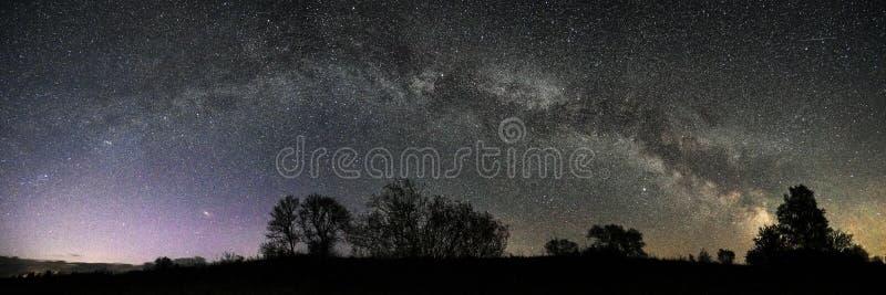 Αστέρια νυχτερινού ουρανού και γαλακτώδες πανόραμα αστεριών τρόπων στοκ εικόνες με δικαίωμα ελεύθερης χρήσης