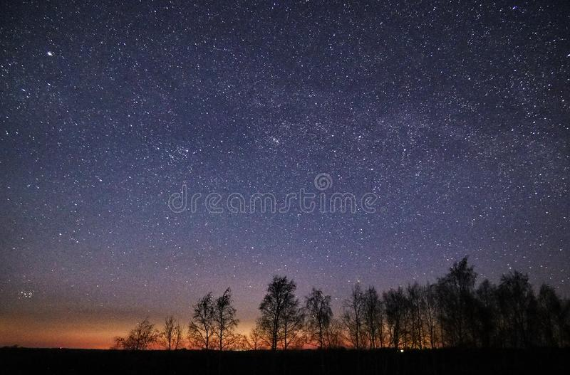 Αστέρια νυχτερινού ουρανού και γαλακτώδης παρατήρηση τρόπων, αστερισμός PLeiades και Perseus στοκ εικόνα με δικαίωμα ελεύθερης χρήσης