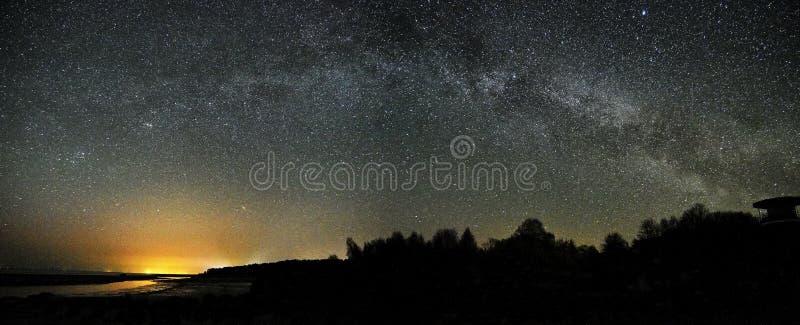 Αστέρια νυχτερινού ουρανού και γαλακτώδης παρατήρηση τρόπων, Perseus και αστερισμός αστερισμού του Κύκνου panoram στοκ εικόνα