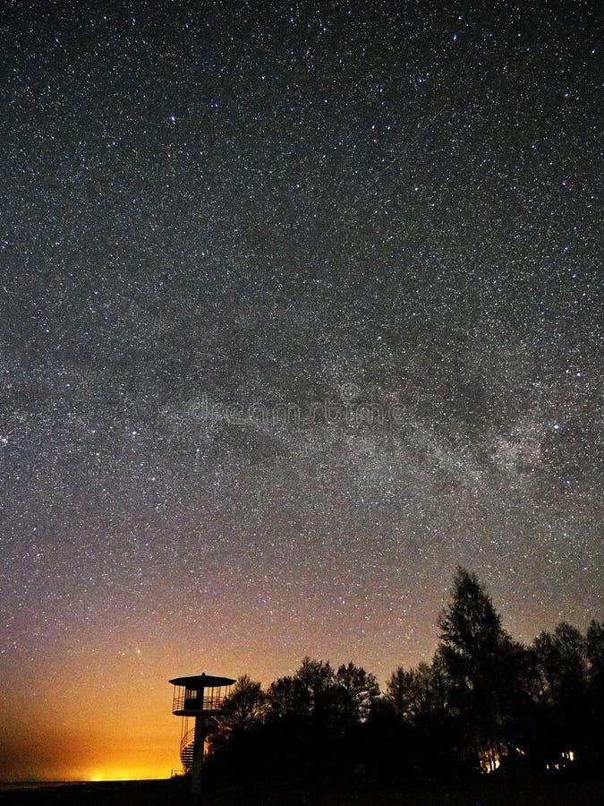 Αστέρια νυχτερινού ουρανού και γαλακτώδης τρόπος που παρατηρούν, αστερισμός Perseus πύργων επιφυλακής στοκ φωτογραφίες