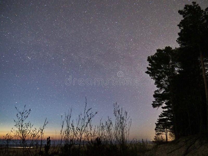 Αστέρια νυχτερινού ουρανού και γαλακτώδης τρόπος που παρατηρούν, αστερισμός Cassiopeia στοκ εικόνες