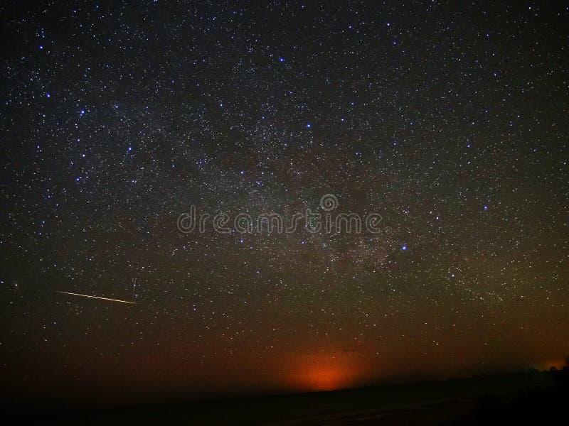 Αστέρια νυχτερινού ουρανού και φλόγα ιριδίου στοκ φωτογραφίες με δικαίωμα ελεύθερης χρήσης