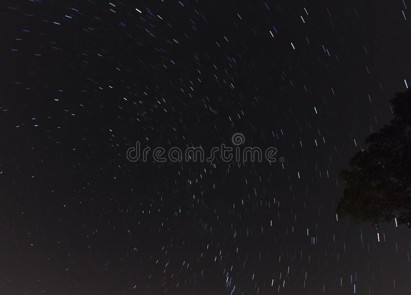 Αστέρια που κινούνται μέσω του νυχτερινού ουρανού στοκ φωτογραφίες με δικαίωμα ελεύθερης χρήσης