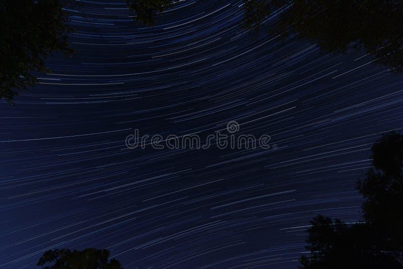 Αστέρια που συναγωνίζονται μέσω της νύχτας στοκ εικόνες