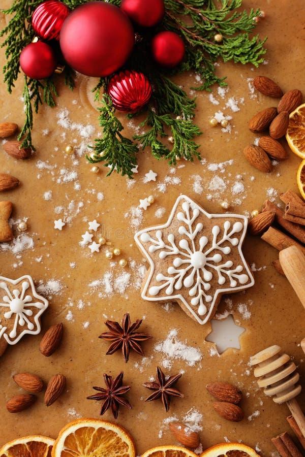 αστέρι μορφών φεγγαριών καρδιών μπισκότων Χριστουγέννων ψησίματος στοκ εικόνες