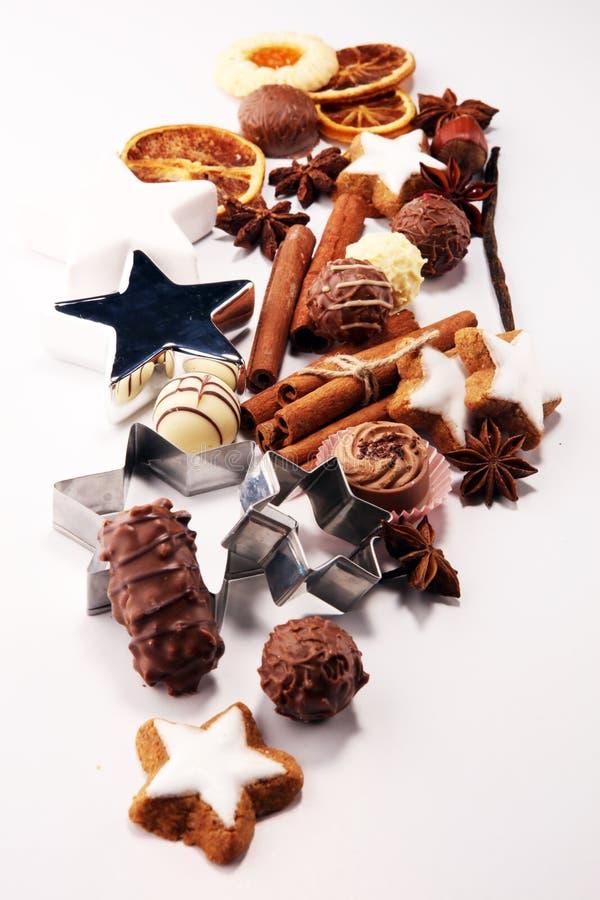 αστέρι μορφών φεγγαριών καρδιών μπισκότων Χριστουγέννων ψησίματος σοκολάτα, αστέρια κανέλας και καρυκεύματα στοκ φωτογραφίες με δικαίωμα ελεύθερης χρήσης