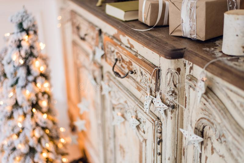 Αστέρι Χριστουγέννων και άλλη διακόσμηση στο αρχαίο κομό Σύλληψη καλής χρονιάς στοκ εικόνες