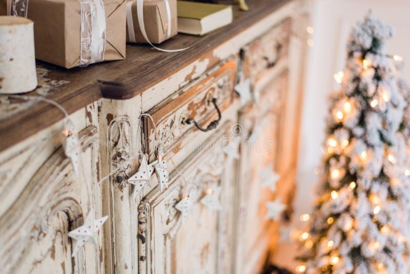 Αστέρι Χριστουγέννων και άλλη διακόσμηση στο αρχαίο κομό Σύλληψη καλής χρονιάς στοκ φωτογραφίες με δικαίωμα ελεύθερης χρήσης