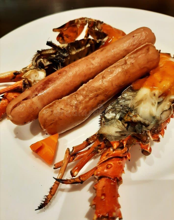 Αστακός και λουκάνικο, ένας ωραίος συνδυασμός φαγητού στοκ εικόνες