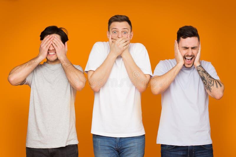 Αστεία άτομα που καλύπτουν το στόμα, τα αυτιά και τα μάτια του στοκ φωτογραφία με δικαίωμα ελεύθερης χρήσης