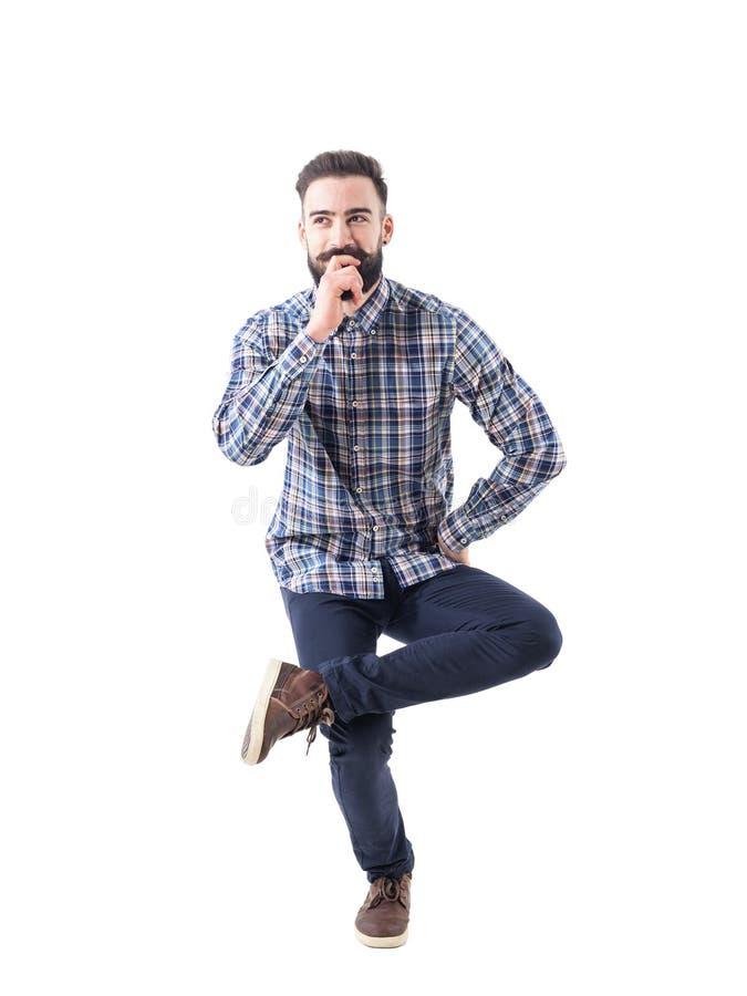 Αστεία γοητευτική γενειοφόρος συνεδρίαση νεαρών άνδρων στον αέρα σε ένα πόδι στοκ εικόνες